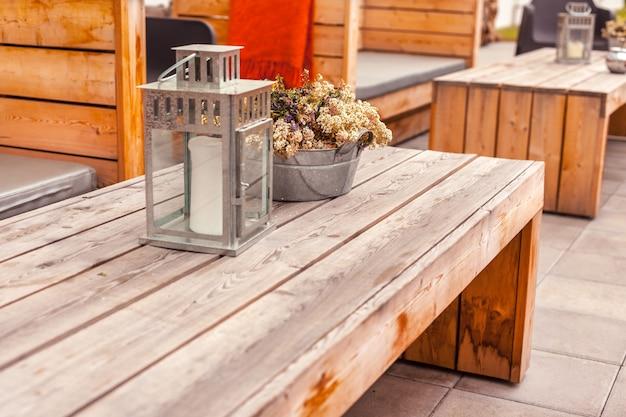 Terras buiten restaurant met houten meubels
