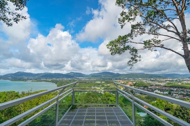Terras met een prachtig landschap uitzicht op tropische zee en berg blauwe hemel witte wolken in phuket thailand