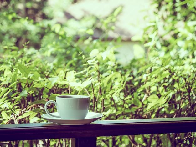 Terras met prachtig uitzicht op de natuur en een witte koffiekop