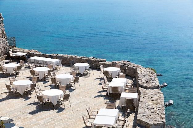 Terras met zeezicht van het kustrestaurant van montenegro