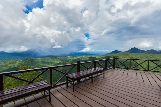 Terras op uitzicht bos berg landschap bank op balkon buiten prachtige natuur