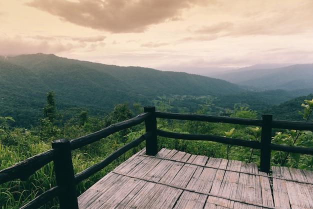 Terras op zicht bos groene berg landschap balkon buitenshuis verbazingwekkend uitkijkpunt natuur heuvel