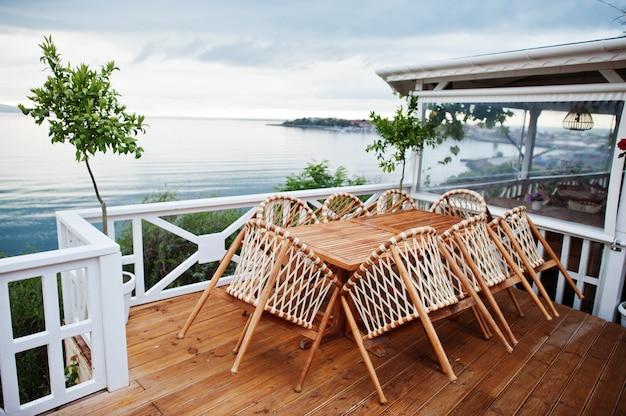 Terras van een café aan zee in de vroege ochtend.