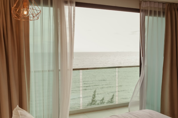 Terras van hotel met uitzicht op zee en tafel gedekt in zomervakantie