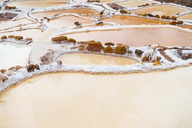 Terrasvormige zoutpannen.