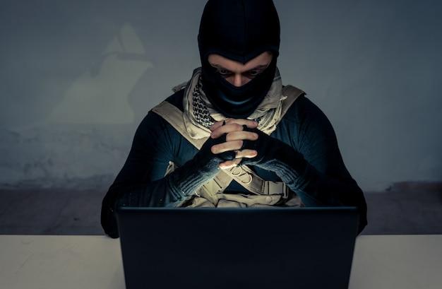 Terrorist die aan zijn computer werkt