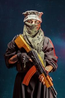 Terrorist met zijn wapen. over terrorisme