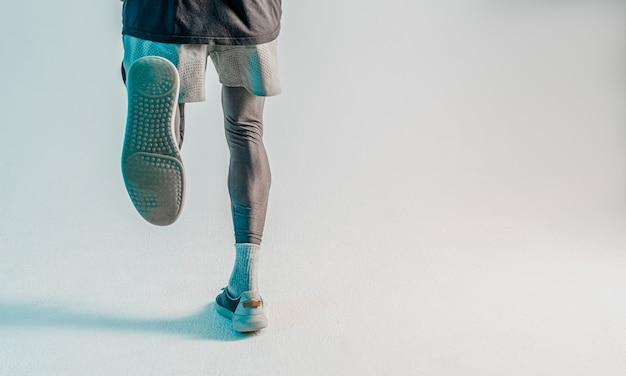 Terug naar beneden weergave van loper. sportman draagt sportuniform. geïsoleerd op turkooizen achtergrond. studio opname. ruimte kopiëren