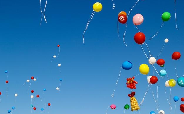 Terug naar school. 1 september. viering van een nieuw schooljaar in rusland. heldere balonnen in de lucht.