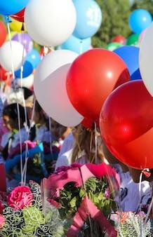 Terug naar school. 1 september. viering van een nieuw schooljaar in rusland. heldere baloons.