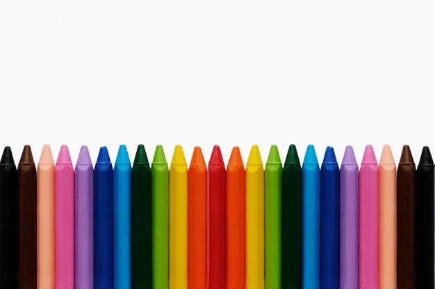 Terug naar school achtergrond. - kleuren van de regenboogpotloden. kleurrijke schoolbenodigdheden.