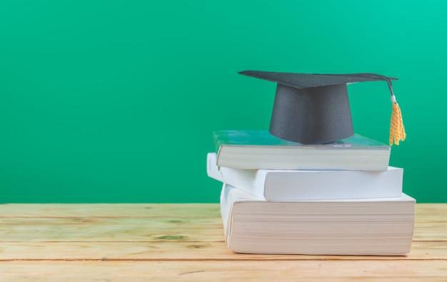 Terug naar school . afstuderen cap met boeken op tafel
