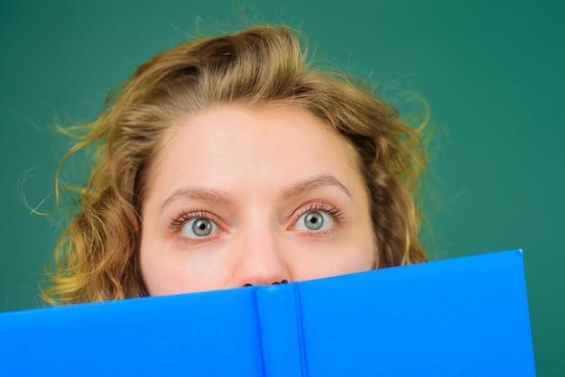 Terug naar school close-up portret van leraar met boeken grappige leraar schoolvakken onderwijs
