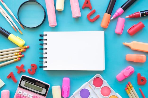 Terug naar school compositie met notitieblok en artistieke objecten