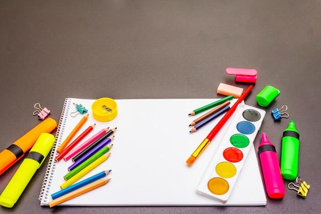 Terug naar school concept. benodigdheden voor schoolonderwijs