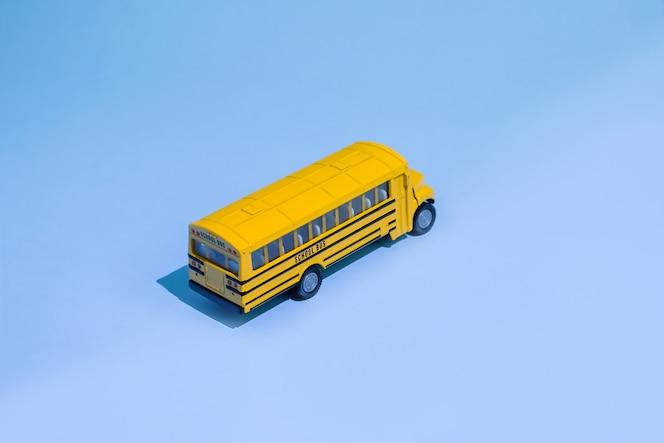 Terug naar school-concept. gele speelgoed model schoolbus.