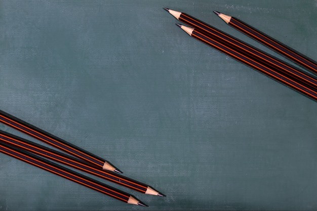 Terug naar school concept. kleurpotlood en benodigdheden op houten tafel