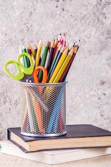 Terug naar school concept met potloden, schoolbenodigdheden en boeken