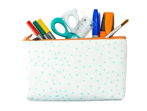Terug naar school concept. potlood, pen en levering in houder op witte achtergrond geïsoleerde het knippen weg