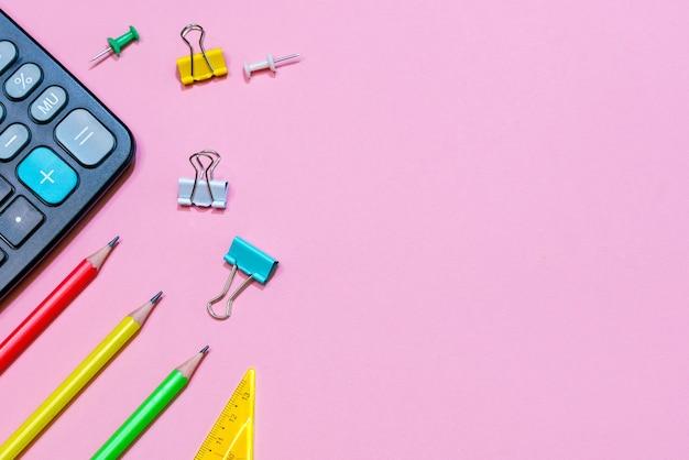 Terug naar school concept school- en kantoorbenodigdheden op een roze achtergrond veelkleurige briefpapier en b...