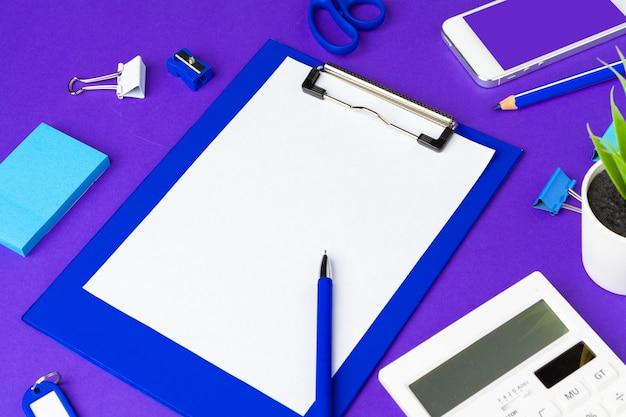 Terug naar school concept. school en kantoorbenodigdheden op kantoor tafel