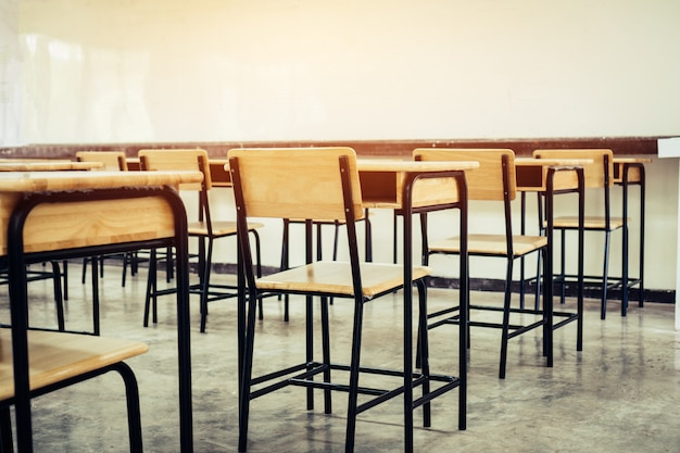 Terug naar school-concept. school leeg klaslokaal, collegezaal met bureaus stoelen ijzeren hout