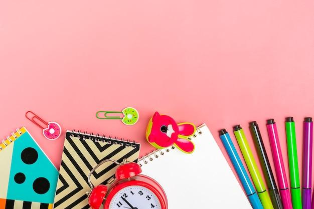Terug naar school concept. schoolbenodigdheden op roze, plat lag.