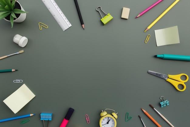 Terug naar school conceptuele flat lag met verschillende kantoorbenodigdheden en kopieerruimte voor tekst. concept voor basisschoolleerlingen en middelbare scholieren. schaar, pen, clip, wekker, gum, liniaal