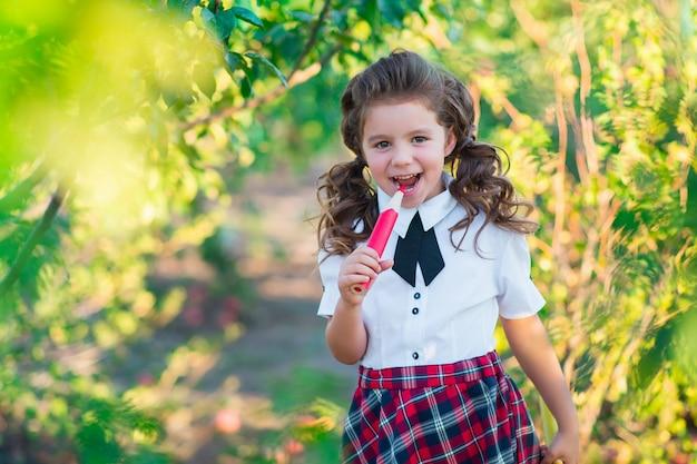 Terug naar school. een schattig schoolmeisje houdt potloden in haar handen, glimlachend naar de camera. opleiding. het concept van reclame en mensen.