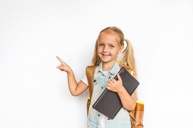 Terug naar school en gelukkige tijd! leuk ijverig kind dat op wit wordt geïsoleerd