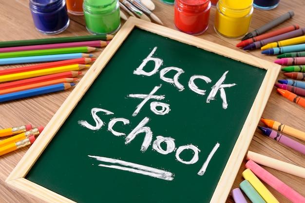 Terug naar school geschreven op een schoolbord