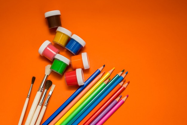 Terug naar school. items voor de school op een oranje tafel. hoge kwaliteit foto
