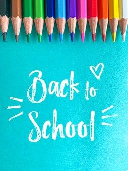 Terug naar school, kleurpotloden op een blauwe achtergrond