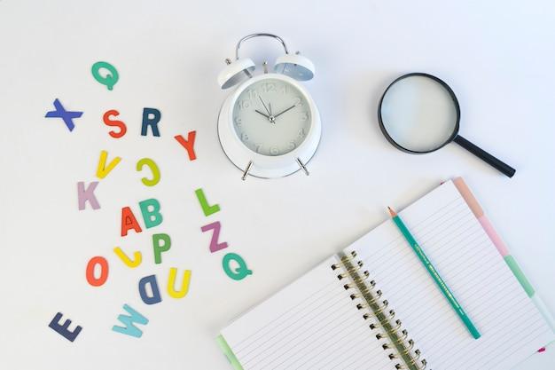 Terug naar school met notitieboekje en kleurrijke brief