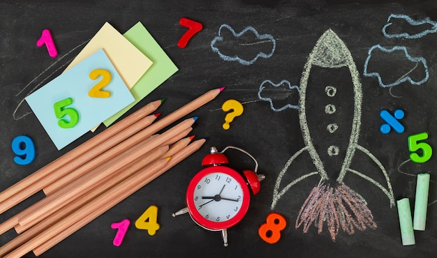 Terug naar school met raket en onderwijsbenodigdheden bovenaanzicht