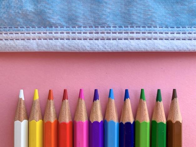 Terug naar school, potloden en masker covid19 Premium Foto