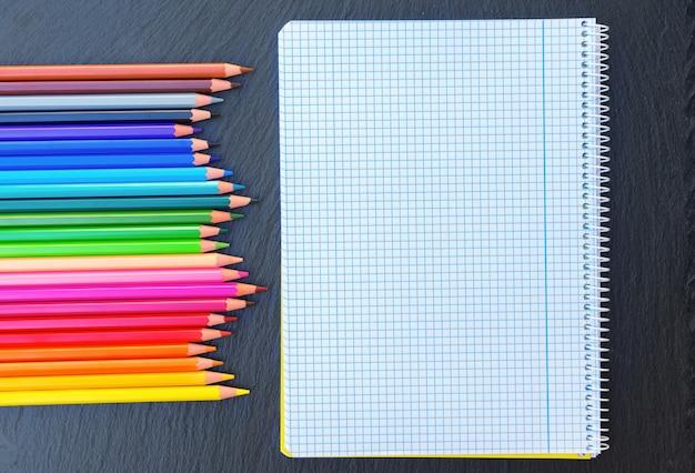 Terug naar school potloden regenboog en geregeerd notitieboekje