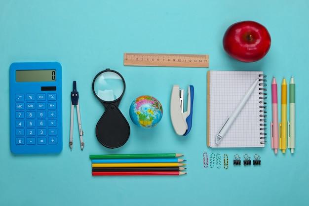 Terug naar school. school en bureaulevering op blauw. educatief, studieconcept