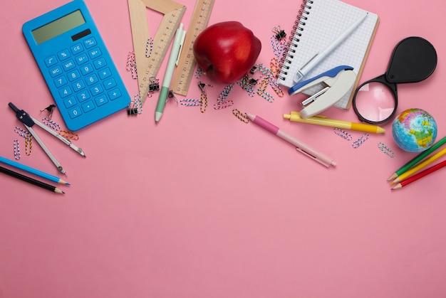 Terug naar school. school en bureaulevering op roze. educatief concept. kopieer ruimte