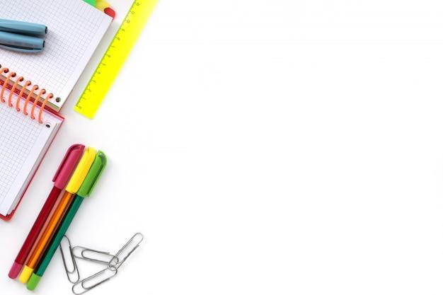 Terug naar school. school en kantoor tekenen leveringen geïsoleerd op een witte achtergrond.