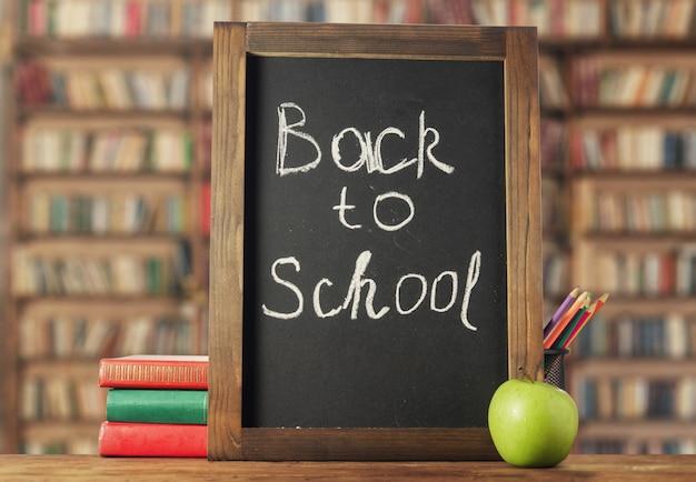 Terug naar school. schoolbord, boeken en potloden