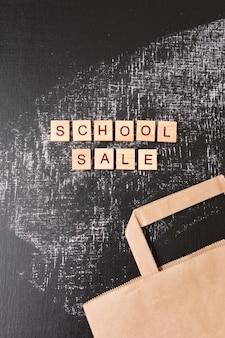 Terug naar school. schoolverkoop met trendy schaduw op bord
