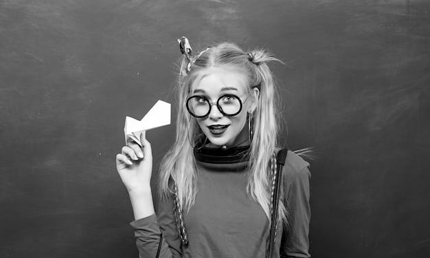 Terug naar school. stijlvolle school teeneger modern meisje. leuke vrouwelijke funky stijl.