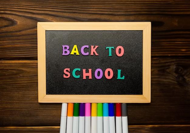 Terug naar school tekst kleurrijke letters op blackboard