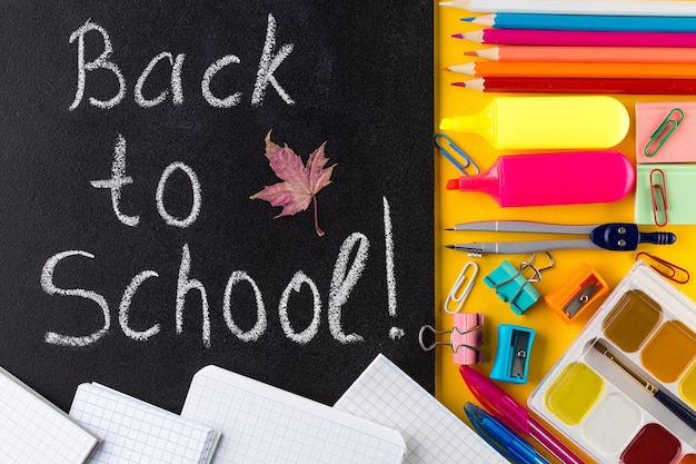 Terug naar school tekst. school stationair en schoolbord.