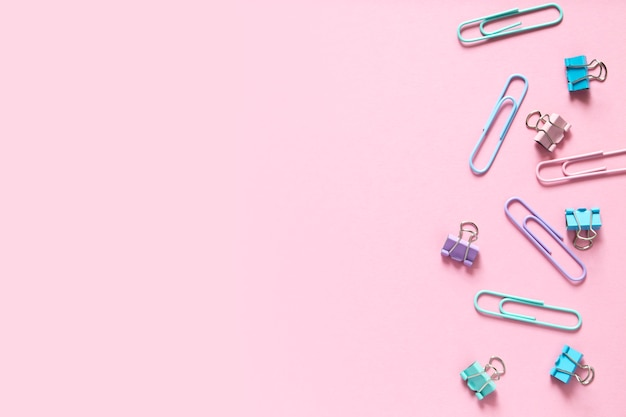 Terug naar school. veelkleurige paperclips neergelegd op een delicaat roze