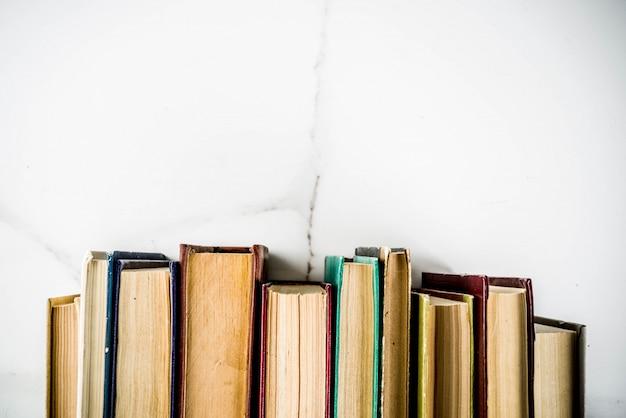 Terug naar schoolachtergrond met oude boeken