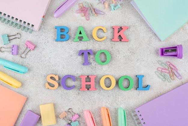 Terug naar schoolachtergrond met schoolbenodigdheden
