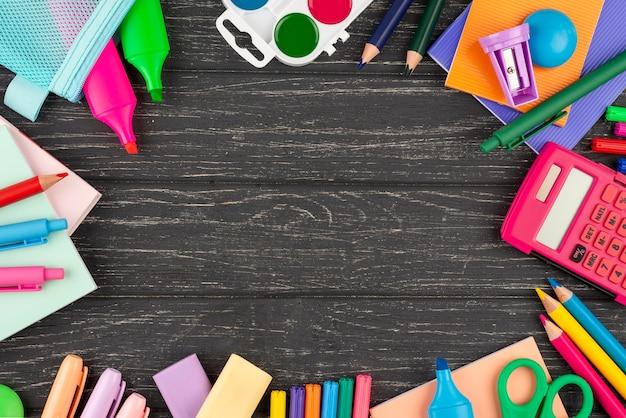 Terug naar schoolachtergrond met schoolspullen en exemplaarruimte
