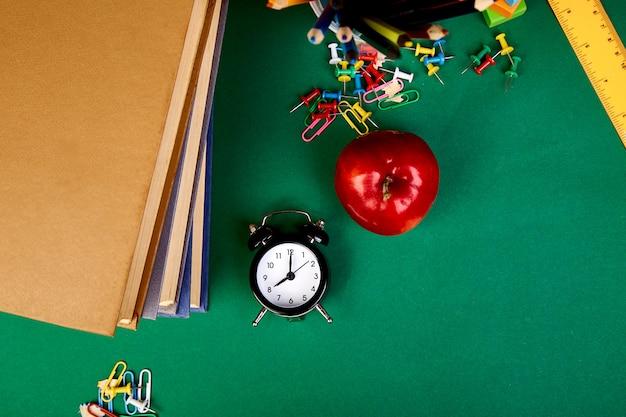 Terug naar schoolbenodigdheden. boeken en rode appel